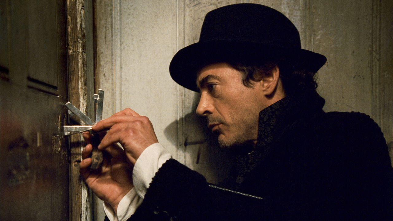 Nimmt es mit den gesetzlichen Bestimmungen nichts so ganz genau: Sherlock Holmes (Robert Downey Jr.) ... - Bildquelle: Warner Brothers