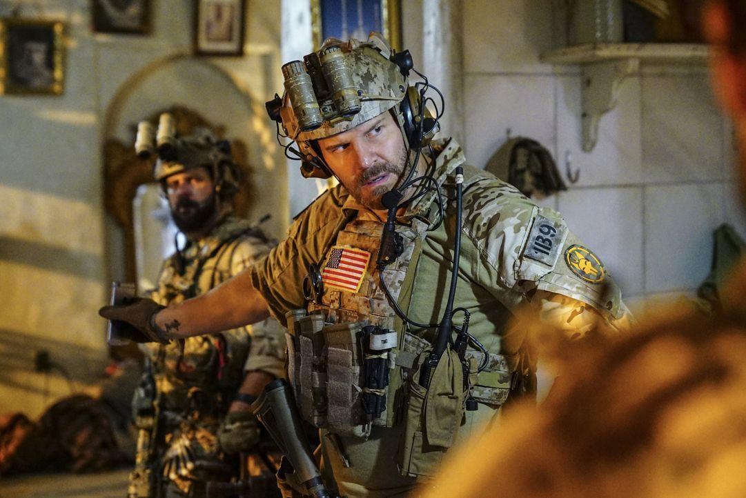 Die Einheit um Jason Hayes (David Boreanaz) muss das Handy eines Terrorverdächtigen aufspüren - doch dann begeht ein Teammitglied einen folgenschwer... - Bildquelle: Sonja Flemming Sonja Flemming/CBS  2017 CBS Broadcasting, Inc. All Rights Reserved