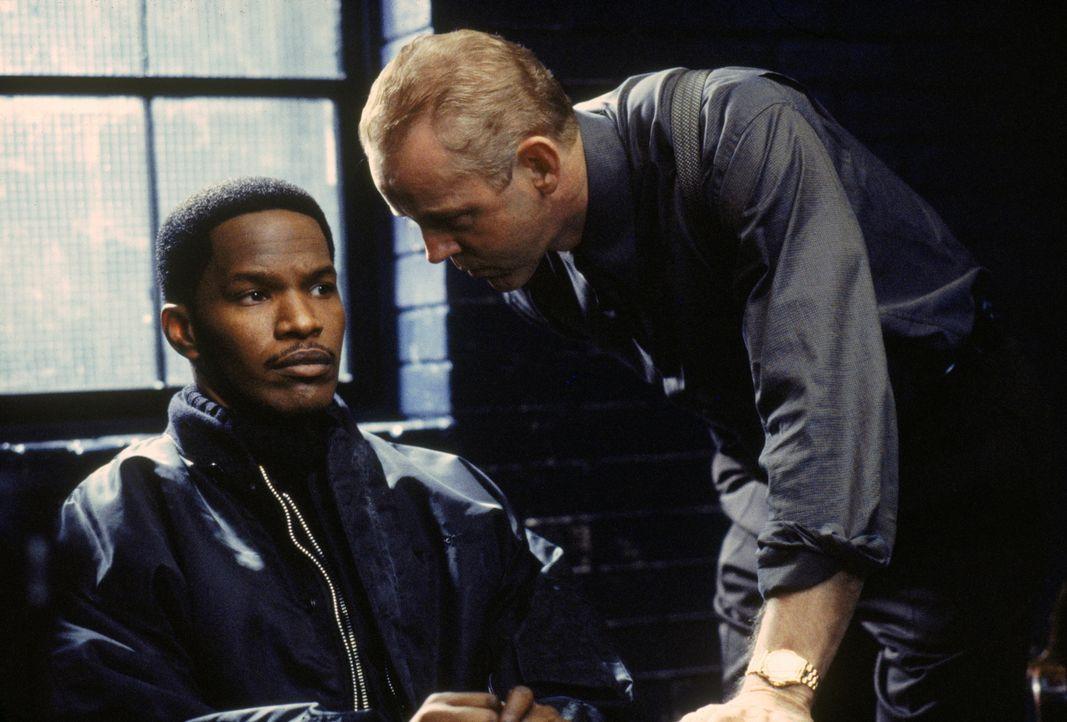 Kleinganove Alvin Sanders (Jamie Foxx, l.) kann es nicht fassen: Er wird vorzeitig aus dem Knast entlassen und auch noch mit 5.000 Dollar entschädig... - Bildquelle: Warner Brothers International Television Distribution Inc.