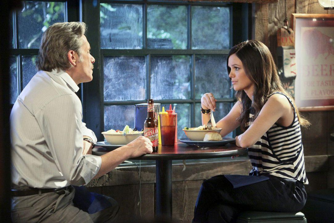 Ihr Ziehvater Ethan Hart (Gary Cole, l.) lässt Zoe (Rachel Bilson, r.) erneut daran zweifeln, ob sie in Bluebell bleiben sollte ... - Bildquelle: Warner Bros.