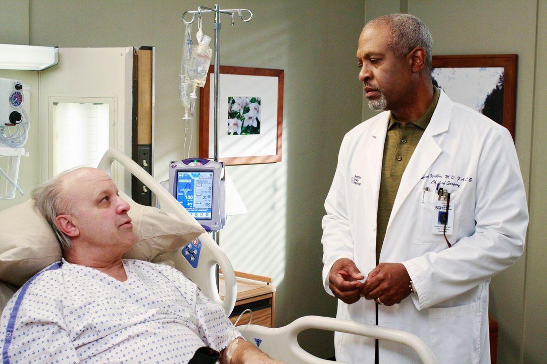 Gemeinsam mit Dr. Webber (James Pickens jr., r.) behandelt Cristina John Terzian (Louis Giambalvo, l.), der vor einiger Zeit im Seattle Grace Hospit... - Bildquelle: Touchstone Television