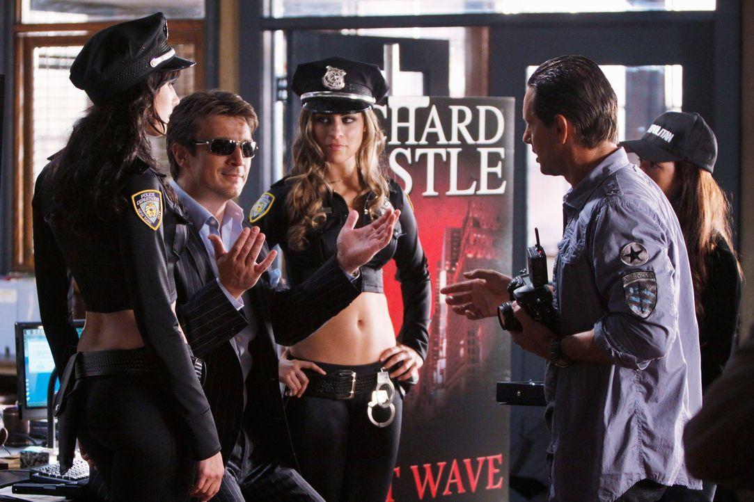 """Richard Castles (Nathan Fillions, 2.v.l.) neues Buch """"Heat Wave? sorgt für jede Menge Aufregung. Der Fotograf (Peter Randolf, r.) setzt den Star in... - Bildquelle: ABC Studios"""