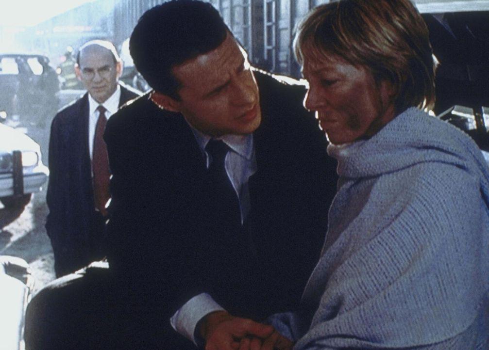 Cassandra Spender (Veronica Cartwright, r.) ist nach ihrem spurlosen Verschwinden wieder aufgetaucht. Doch sie will ihrem Sohn Jeffrey (Chris Owens,... - Bildquelle: TM +   2000 Twentieth Century Fox Film Corporation. All Rights Reserved.