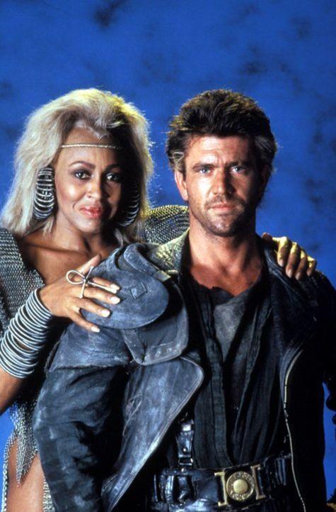 Mad Max (Mel Gibson, r.) gerät in die Hände von Aunty Entity (Tina Turner, l.) und ihrer Bande in der von ihnen beherrschten Stadt Bartertown. - Bildquelle: Warner Bros.