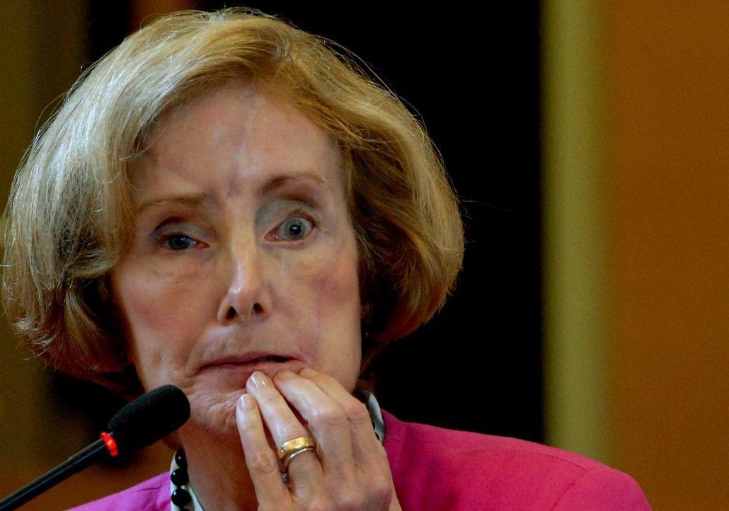 November 2004: Joan Porco wird von ihrem eigenen Sohn mit einer Axt attackiert, nachdem er den Vater bereits getötet hat. Später im Gericht bestreit...