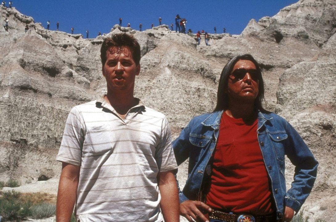 Mit Hilfe des Indianers Walter Crow Horse (Graham Greene, r.), soll der FBI-Agent Raymond Levoi (Val Kilmer, l.) einen mysteriösen Mordfall in eine... - Bildquelle: TriStar Pictures