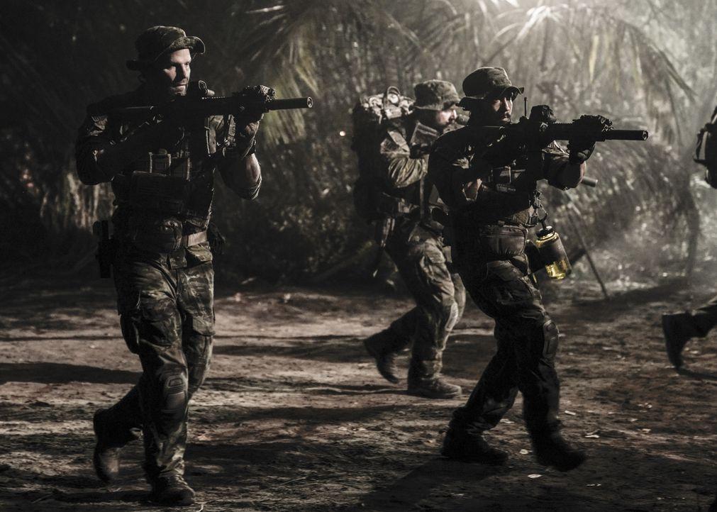 Jason (David Boreanaz, l.), Ray (Neil Brown Jr., r.) und das SEAL Team durchkämmen den Dschungel von Brasilien, denn sie sollen zwei vermisste Dolme... - Bildquelle: Erik Voake Erik Voake/CBS  2017 CBS Broadcasting, Inc. All Rights Reserved