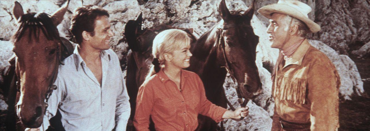 Ende gut, alles gut: Toby (Terence Hill, l.), Judith (Leticia Román, M.) und Old Surehand (Stewart Granger, r.) sind über den guten Ausgang des Ab... - Bildquelle: Warner Bros.