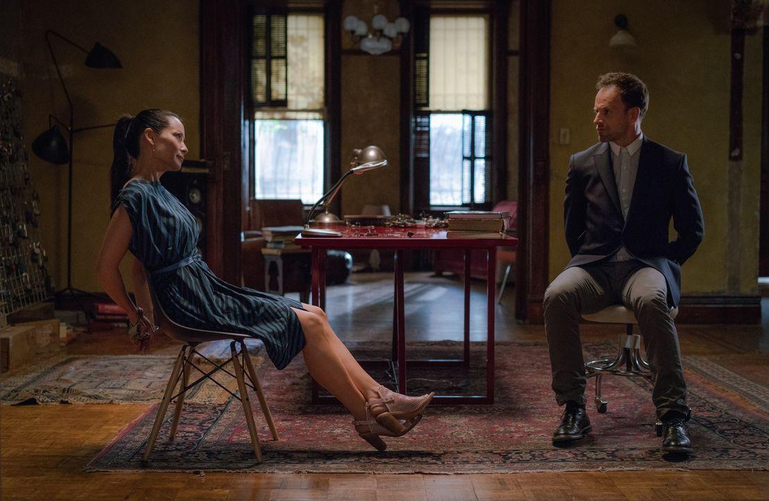 Während Watson (Lucy Liu, l.) und Holmes (Jonny Lee Miller, r.) einem Mörder einer krebskranken Frau auf der Spur sind, wird Joan selbst von einer P... - Bildquelle: Michael Parmelee 2015 CBS Broadcasting Inc. All Rights Reserved.