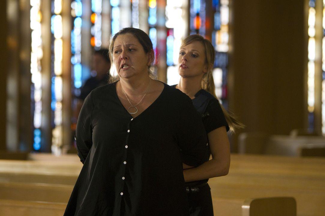 Das Team um JJ (AJ Cook, r.) hat es geschafft und Wallace und seine Mutter Carla Hines (Camryn Manheim, l.) festgenommen ... - Bildquelle: ABC Studios