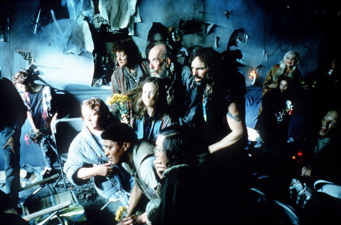 Nach ihrer Entdeckung wird schon bald eine Sekte gegründet, die die Familie Webber für eine göttliche Erscheinung hält. Menschen pilgern zum Bun... - Bildquelle: New Line Cinema