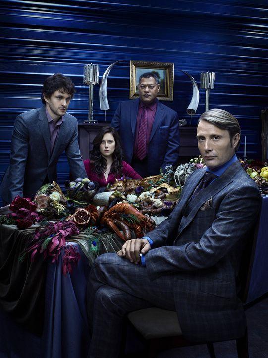 (1. Staffel) - Dass Dr. Hannibal Lecter (Mads Mikkelsen, r.) sie gewaltig an der Nase herumführt, ahnen Will Graham (Hugh Dancy, l.), Dr. Alana Blo... - Bildquelle: Robert Trachtenberg 2013 NBCUniversal Media, LLC