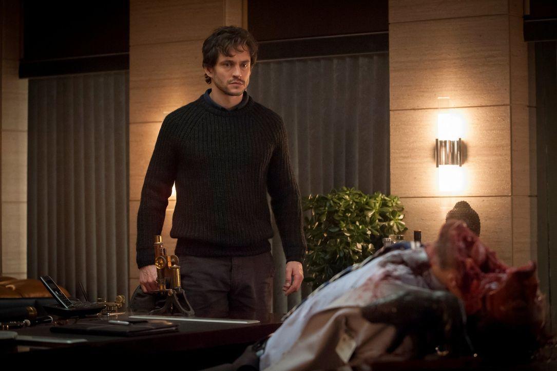 In der Praxis von Dr. Sutcliffe macht Will Graham (Hugh Dancy, l.) eine äußerst grausame Entdeckung ... - Bildquelle: Brooke Palmer 2013 NBCUniversal Media, LLC