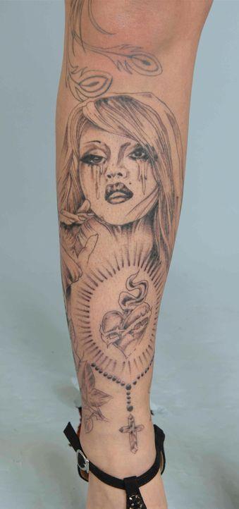 Tattoos von Sharon: Schienbein - Bildquelle: sixx / Stefan Menne