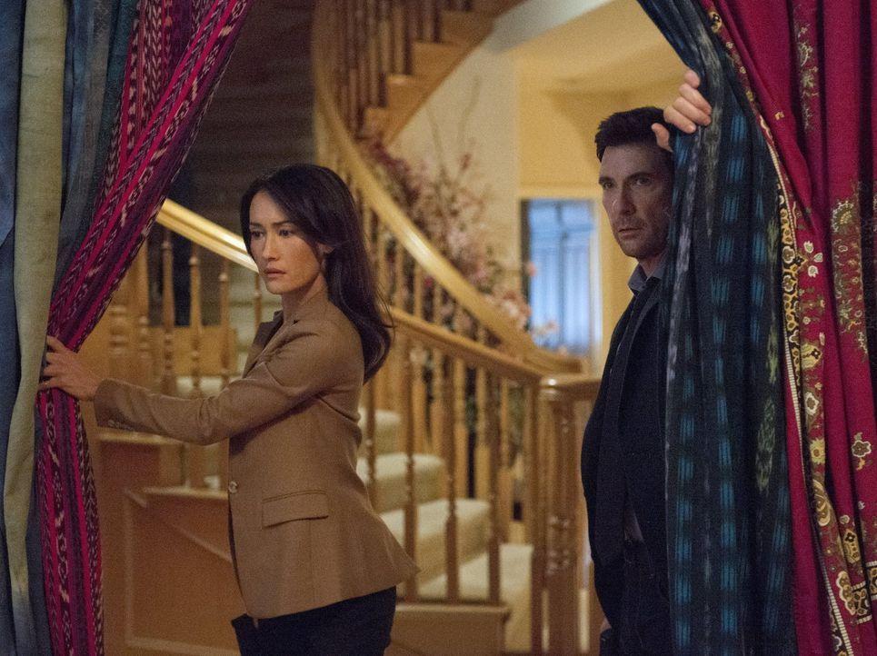 Während Beth (Maggie Q, l.) und Jack (Dylan McDermott, r.) in einen Fall von Gruppenstalking ermitteln, verfolgt Ray seinen Plan, Beth von ihren eng... - Bildquelle: Warner Bros. Entertainment, Inc.