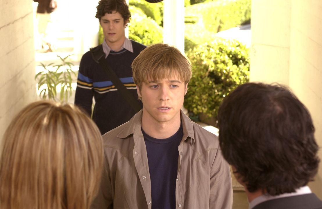 Jeder hat so seine Probleme: Ryan (Benjamin McKenzie, 2.v.r.), Seth (Adam Brody, 2.v.l.), Kirsten (Kelly Rowan, l.) und Sandy (Peter Gallagher, r.)... - Bildquelle: Warner Bros. Television
