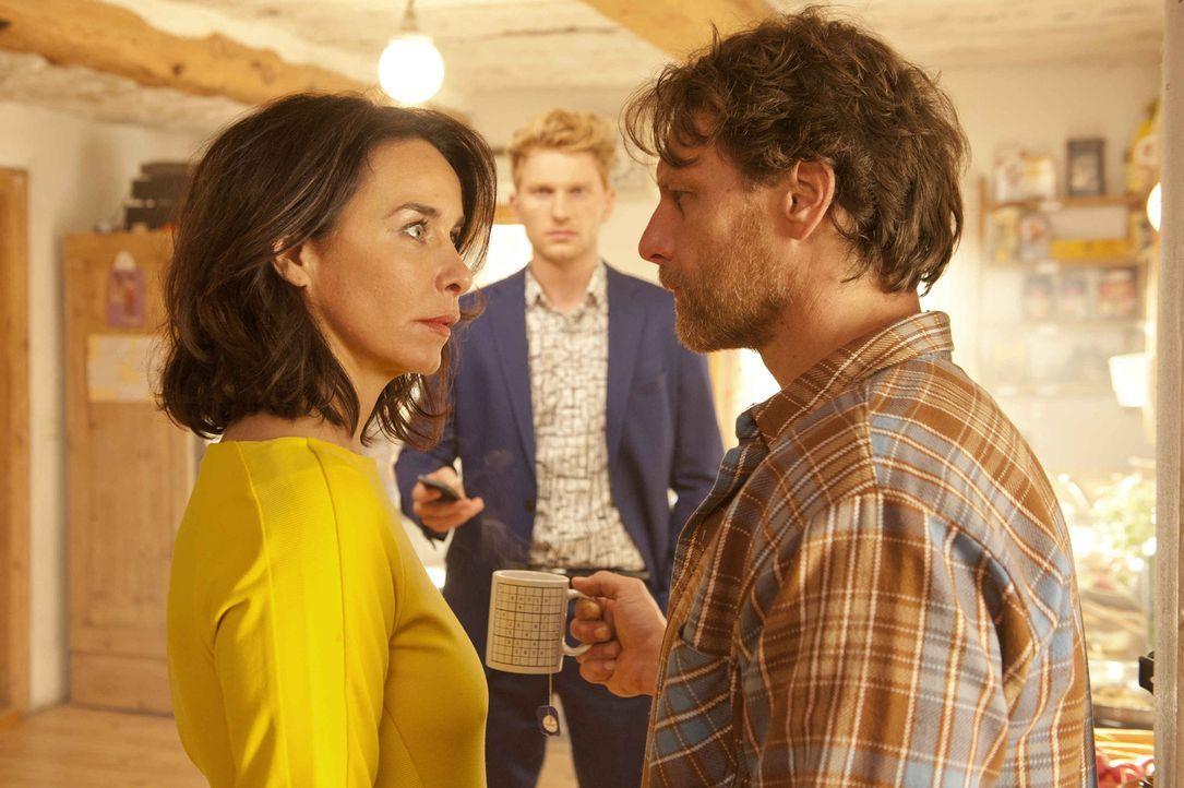 Nicky (Katharina Müller-Elmau, l.) kann es nicht glauben, aber ihr Ex-Freund Sascha (Lucas Prisor, M.) ist der Sohn ihrer großen Liebe, Axel (Hendri... - Bildquelle: Britta Krehl SAT.1