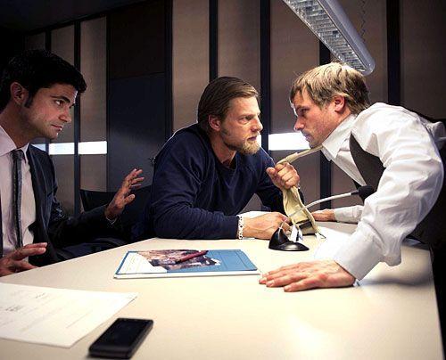 Der will nicht nur spielen: Mick (Henning Baum, M.) redet mit dem zwielichtigen Thomas (Wanja Mues) mal Tacheles. - Bildquelle: Martin Rottenkolber - Sat1