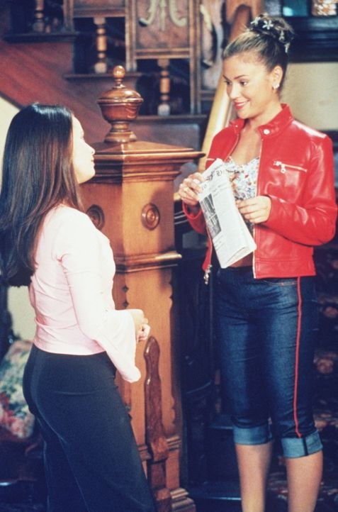 Phoebe (Alyssa Milano, r.) hat eine kleine Überraschung für Piper (Holly Marie Combs, l.). - Bildquelle: Paramount Pictures