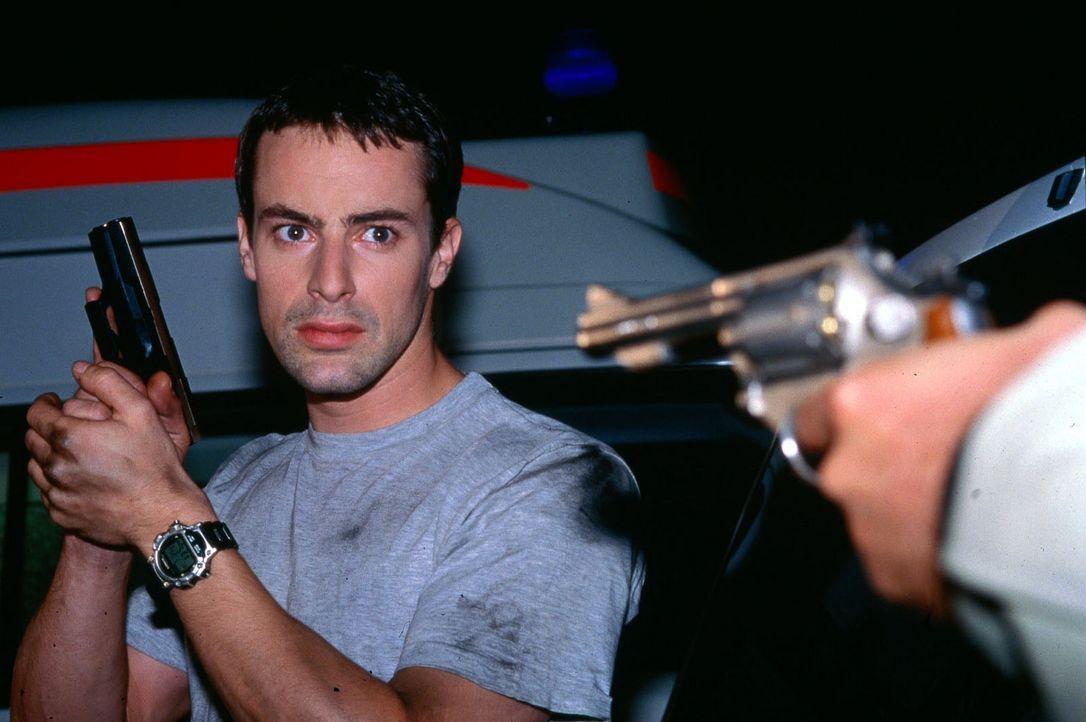 Brandtner (Gedeon Burkhard) im gefährlichen Einsatz ... - Bildquelle: Sat.1