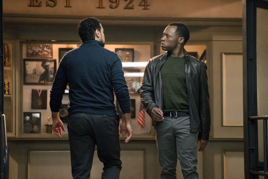 Detectiv Vega (Chad Riley, l.) befragt sogar Liv, nachdem Drake von der Bildfläche verschwindet, während Clive (Malcolm Goodwin, r.) sich mit der St... - Bildquelle: 2014 Warner Brothers
