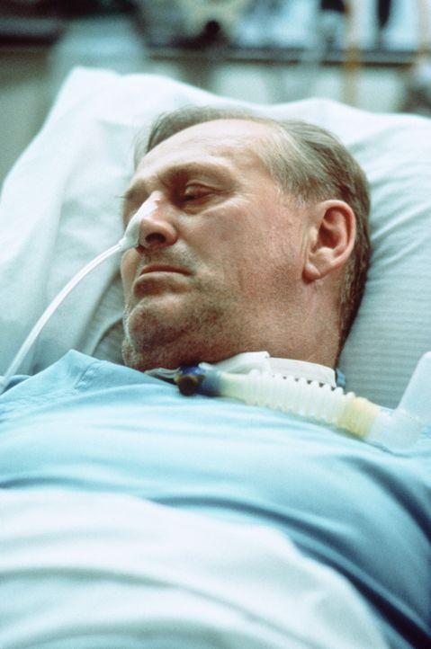 Endlich gerettet: Nach vier langen Tagen kann Buck Helm (Len Cariou) aus den Trümmern der Interstate befreit werden ... - Bildquelle: Columbia Pictures Television