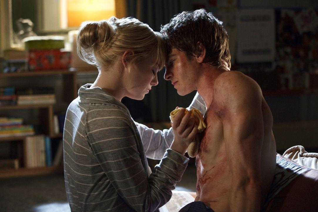Als Gwen (Emma Stone, l.) Peter (Andrew Garfield, r.) schwer verletzt vorfindet, bleibt dem Jungen keine andere Wahl, als ihr zu gestehen, dass er d... - Bildquelle: 2012 Columbia Pictures Industries, Inc.  All Rights Reserved.