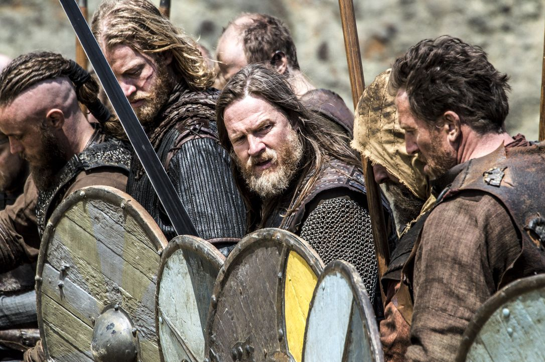Nachdem die Verhandlungen gescheitert sind, kommt es zur großen Schlacht zwischen den beiden Fronten von Ragnar (Travis Fimmel, l.) und König Horik... - Bildquelle: Bernard Walsh 2013 TM TELEVISION PRODUCTIONS LIMITED/T5 VIKINGS PRODUCTIONS INC. ALL RIGHTS RESERVED.