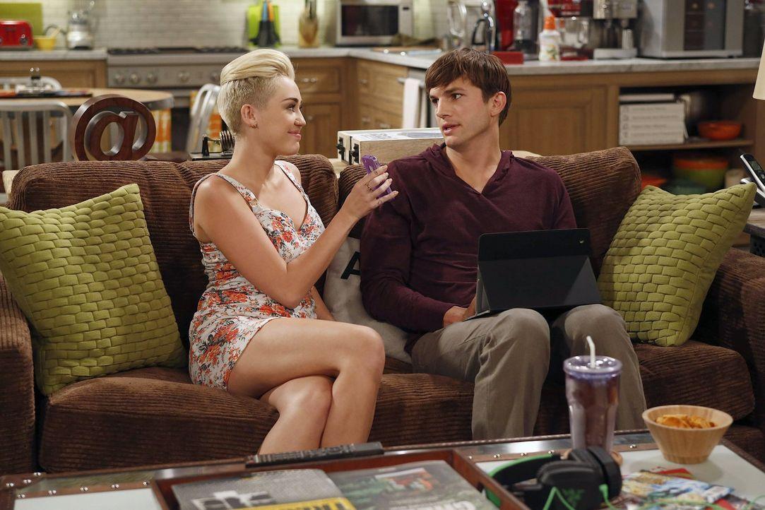 Als Missi (Miley Cyrus, l.) versucht, Walden (Ashton Kutcher, r.) mit ihrer Mutter zu verkuppeln, muss er einsehen, dass seine Jugend vorüber ist ... - Bildquelle: Warner Brothers Entertainment Inc.