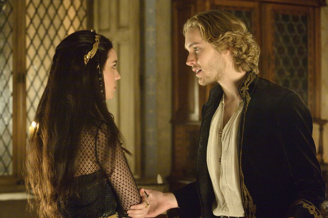 Mary (Adelaide Kane, l.) erfährt etwas von Francis (Toby Regbo, r.), das ihr Weltbild ins Wanken bringt ... - Bildquelle: Ben Mark Holzberg 2013 The CW Network, LLC. All rights reserved.