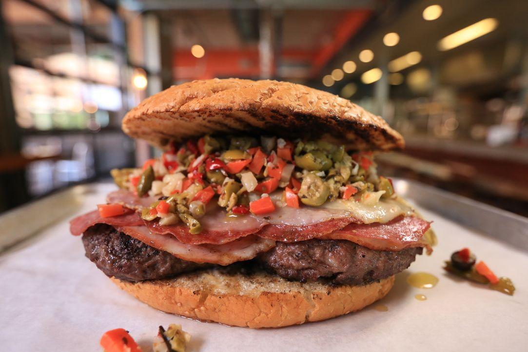 """In Baton Rouges """"Fat Cow Burgers"""" bestellt Josh Denny den """"Monster Muffuletta Burger"""" mit viereinhalb Kilo Salami, Schinken, drei mit Büffelmozzarel... - Bildquelle: 2017,Television Food Network, G.P. All Rights Reserved"""