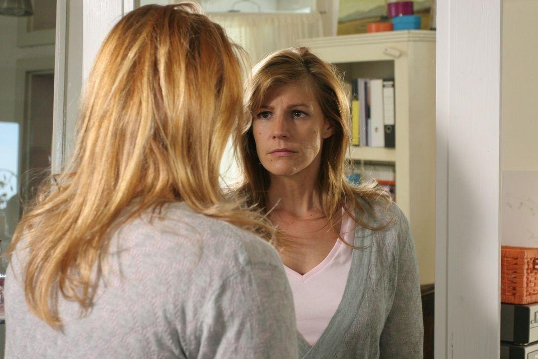 Wie jeden Morgen steht Dette (Sophie Schütt) deprimiert vor dem Spiegel und fühlt sich zu dick ... - Bildquelle: Noreen Flynn Sat.1