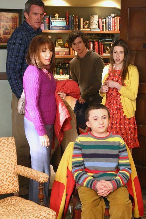 (v.l.n.r.) Mike (Neil Flynn); Frankie (Patricia Heaton); Axl (Charlie McDermott); Brick (Atticus Shaffer); Sue (Eden Sher) - Bildquelle: Warner Brothers