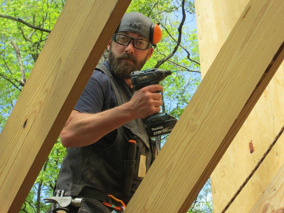 Baumhaus-Profi Ka-V baut mit seiner Crew unter vollem Körpereinsatz in Asheville ein neues einzigartiges Haus in den Bäumen. Für ihre naturliebenden... - Bildquelle: 2016,DIY Network/Scripps Networks, LLC. All Rights Reserved.