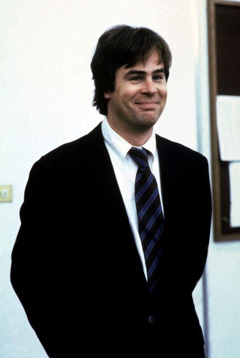 Der trottelige Büroangestellte Austin Millbarge (Dan Aykroyd) träumt von einer Karriere als Geheimagent, doch beim Eignungstest fällt er gnadenlos d... - Bildquelle: Warner Bros.