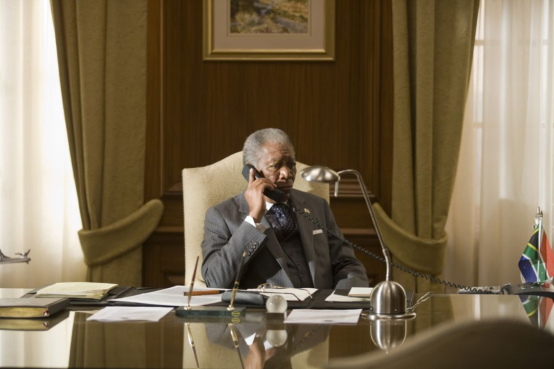 Präsident Nelson Mandela (Morgan Freeman, l.) weiß, dass es großer Anstrengungen bedarf, um das Land nach den tiefgreifenden Spaltungen der Aparthei... - Bildquelle: Warner Bros.