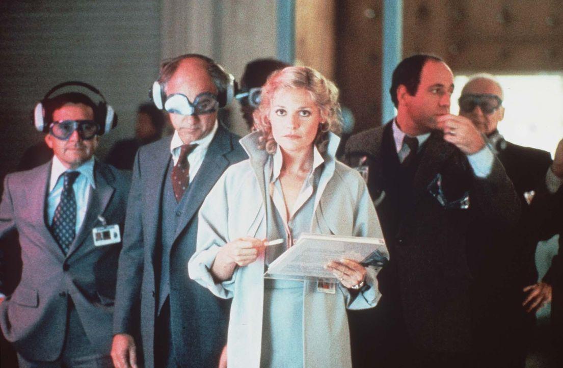 Die Kaufinteressenten rennen Claire (Helen Shaver) die Tür ein. Doch noch weiß niemand, ob das neue Raketenabwehrsystem hält, was es verspricht ... - Bildquelle: Paramount Pictures