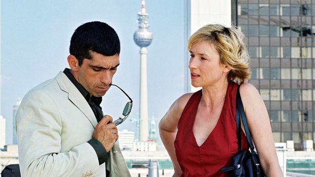 Eva Blond (Corinna Harfouch, r.), eine intelligente und mutige Polizistin, be...