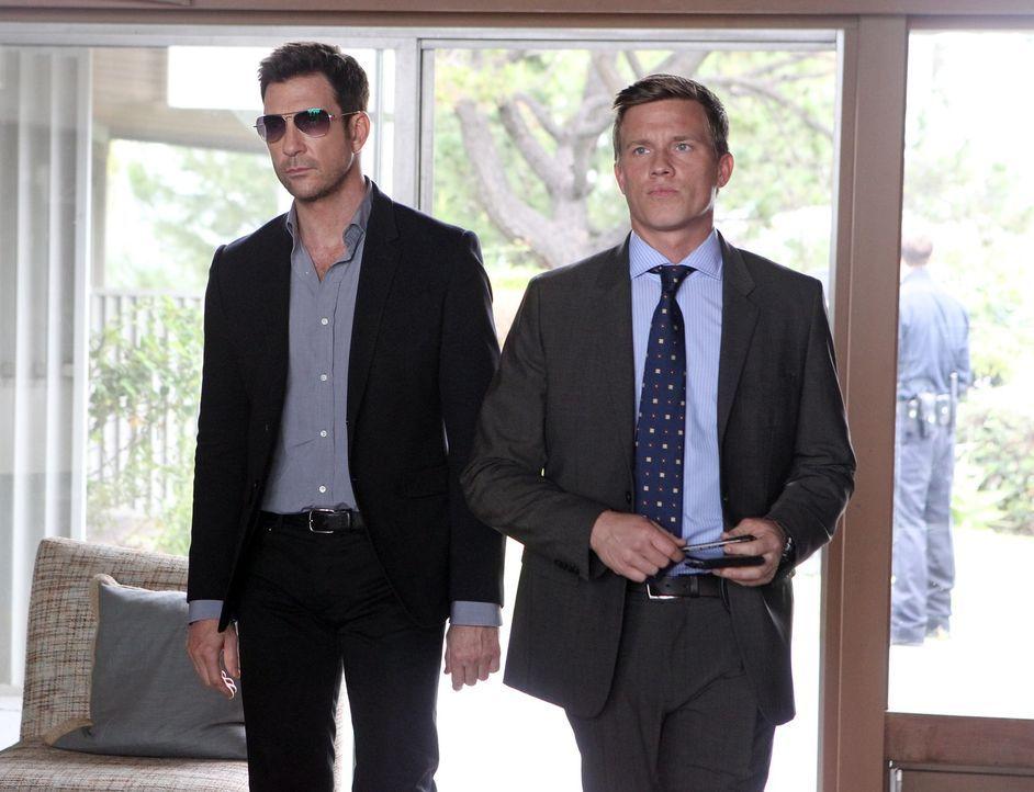 Auf der Suche nach einem Serienkiller: Jack (Dylan McDermott, l.) und Trent (Warren Kole, r.) ... - Bildquelle: Warner Bros. Entertainment, Inc.
