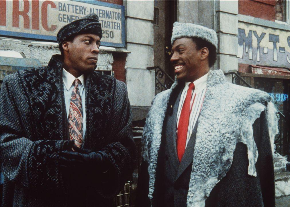 Akeem (Eddie Murphy, r.), Prinz aus Zamunda, glaubt allen Ernstes, er könnte in New York inkognito bleiben. Sein Freund Semmi (Arsenio Hall, l.) h - Bildquelle: Paramount Pictures