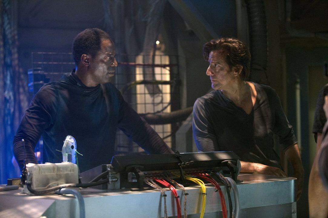 Können Kanzler Jaha (Isaiah Washington, l.) und Kane (Henry Ian Cusick, r.) noch Überlebende auf dem Raumschiff finden? - Bildquelle: Warner Brothers