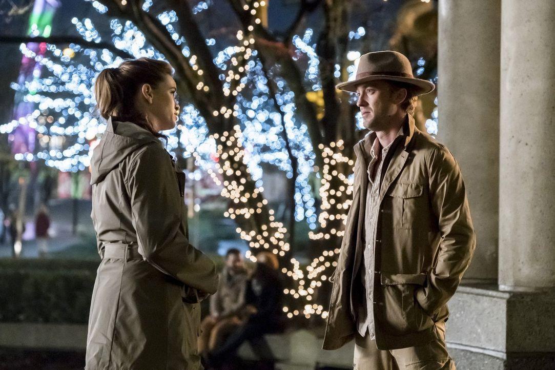 Führen ein Gespräch darüber, wie sie zueinander stehen: Caitlin (Danielle Panabaker, l.) und Julian (Tom Felton, r.) ... - Bildquelle: 2016 Warner Bros.