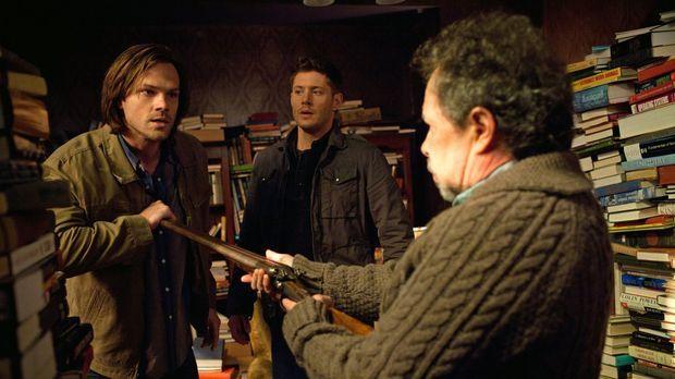 Können Sam (Jared Padalecki, l.) und Dean (Jensen Ackles, M.) den Einsiedler...