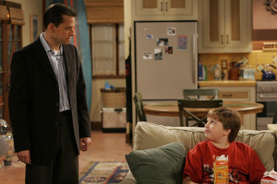Jake (Angus T. Jones, r.) möchte wissen, warum er nie die Freundin seines Vaters Alan (Jon Cryer, l.) kennen lernen darf ... - Bildquelle: Warner Brothers Entertainment Inc.