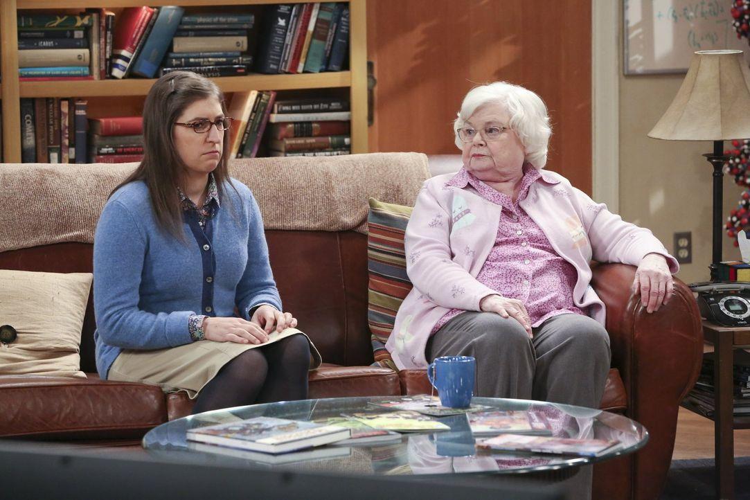 Die Begegnung mit Sheldons Oma Meemaw (June Squibb, r.) wird für Amy (Mayim Bialik, l.) zur Geduldsprobe, denn die ältere Dame ist ihr nicht sehr wo... - Bildquelle: 2015 Warner Brothers