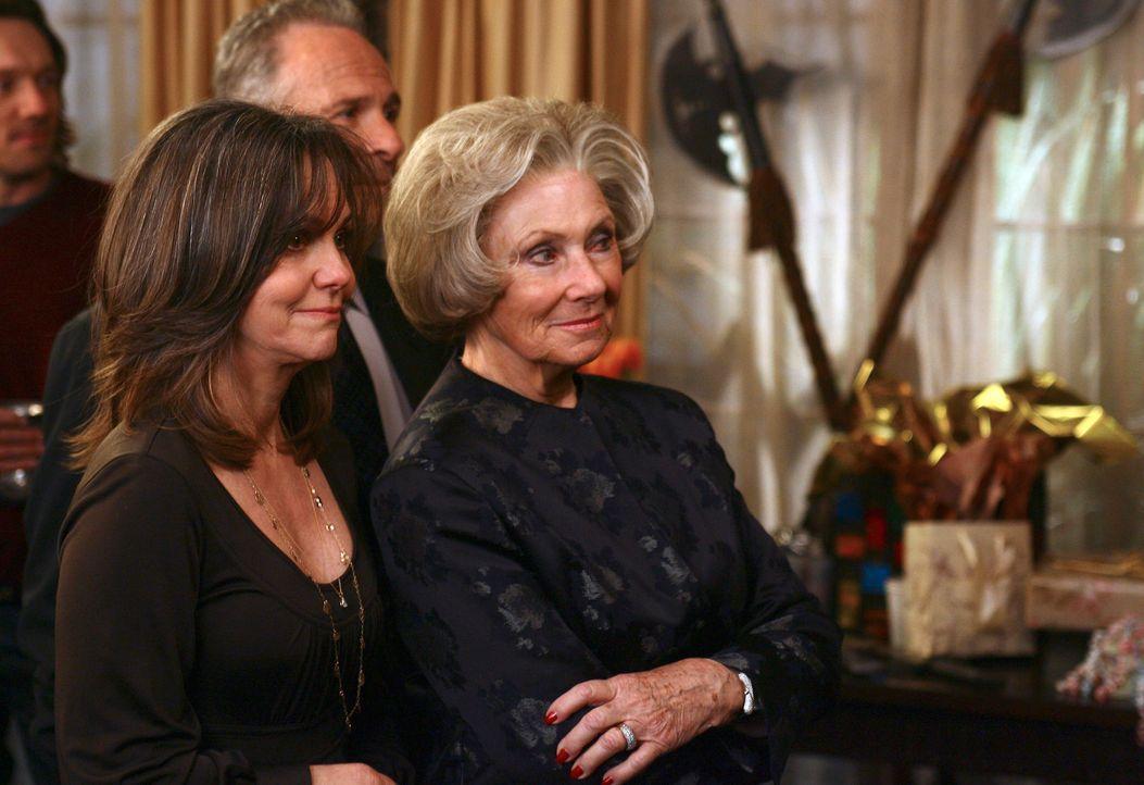 Ein Streit beendet die Party vorzeitig. Endlich führen Nora (Sally Field, l.) und ihre Mutter Ida (Marion Ross, r.) ein klärendes Gespräch ... - Bildquelle: Disney - ABC International Television