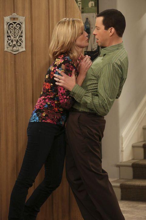 Vor Kummer über Alans (Jon Cryer, r.) Hochzeit ist Lyndsey (Courtney Thorne-Smith, l.) rückfällig geworden und steht stockbetrunken vor seiner Tür.... - Bildquelle: Warner Brothers Entertainment Inc.
