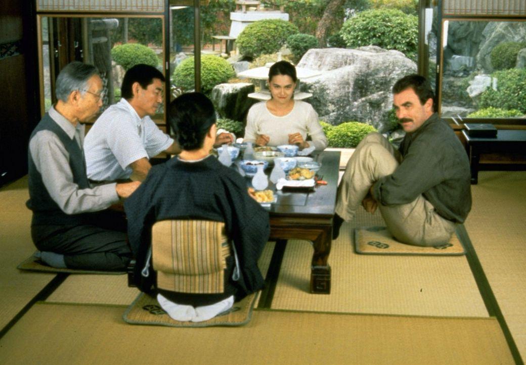 An die Kultur muss sich Jack Elliot (Tom Selleck, r.) erst noch gewöhnen. Die hübsche Hiroki Uchiyama (Aya Takanashi, 2.v.r.) hat es ihm jedoch so...