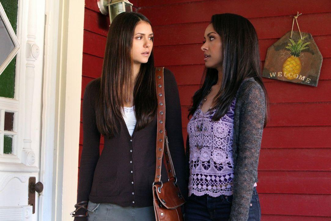 Bonnie Bennett (Kat Graham, r.) erzählt Elena Gilbert (Nina Dobrev, l.), dass sie ständig Träume von ihrer Mutter hat, die sie vor 15 Jahren verl... - Bildquelle: Warner Brothers