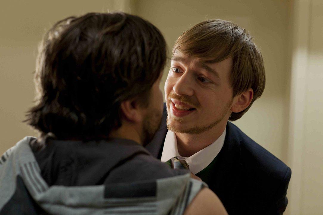 Während Josh mit dem Gedanken spielt mit Danni nach Portugal abzuhauen, übernimmt Hannes (Tino Mewes, r.) unerlaubt seinen ersten Fall und steht dam... - Bildquelle: Frank Dicks SAT.1